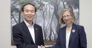 Minister Yoon Seongkyu meets with IUCN Director General